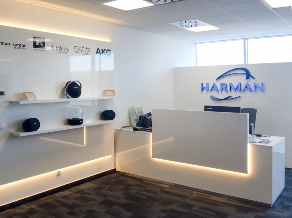 Harman bútor installáció