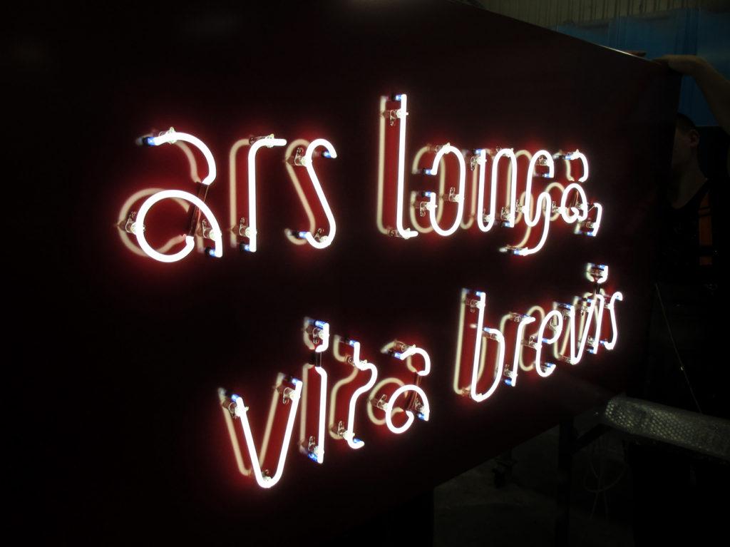 fénycső reklámfelirat Ars Brevis